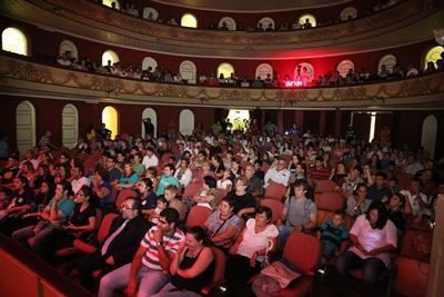 Mucho público participó  de la segunda ronda del concurso de murgas en el Teatro Larrañaga, sin dudas un escenario diferente.
