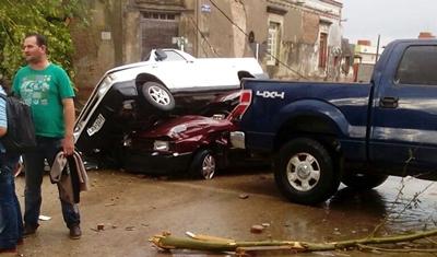 Varios vehículos amontonados y apilados como si fueran de juguete. Foto El Observador