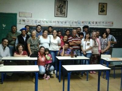 Concejal Víctor Giménez, presidentes de fomento de la escuela Miguel Peruchena, presidente de Gauchos Mario Bentancur junto a los vecinos que ayudan a la organizacion