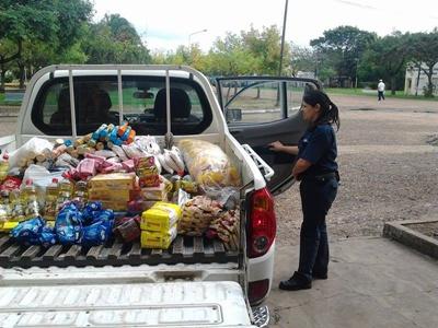 La agente Fabiola Gutierrez cargando la mercaderia