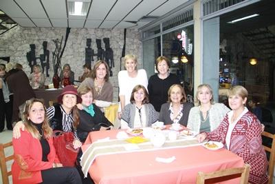 En la mesa de té de izquierda a derecha: Analys Grasso de Rodriguez, Karina Kutchman de Panissa, Irene Meirelles de Pirotto, Maria Angelica Silva de Ponce de León, Clotilde Remedí de Osorio,Ines Bruschera de Menoni.  Paradas de izquierda a derecha: Patricia Gorriti de Meirelles, Alicia Patella, Mabel Stabilito de Constela.