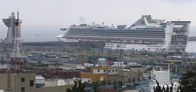 El crucero de lujo 'Golden Princess' permanece atracado en los muelles del puerto de la isla de Jeju, Corea del Sur, hoy, 13 de Junio de 2016.  El buque, que pesa aproximadamente 108.965 toneladas, es capaz de transportar 2.600 pasajeros y 1.100 tripulantes. Está previsto que el crucero visite la isla turística 11 veces este año. EFE/