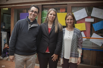 El Padre Ruben Giménez, sacerdote del Colegio, junto a la Maestra Directora Virginia Ovelar y Mercedes Aishemberg,  del grupo de Padres ASEVAS