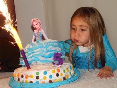 Victoria al momento de cortar la torta