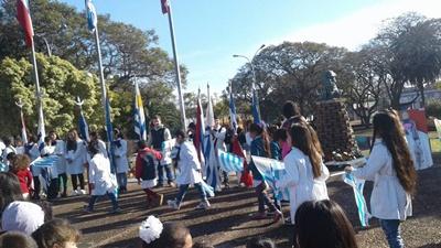 Escolares junto al busto del prócer en el acto del pasado domingo