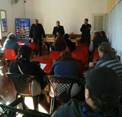 Parte del público presente y el comisario Cardona explicando el motivo de los temas a tratar