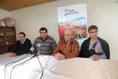 Delegados de Salto Grande, junto al intendente de Salto y el director de la Unidad 20 del INR ofrecieron información