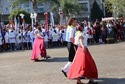 Danzas folklóricas de los talleres municipales también participaron del acto