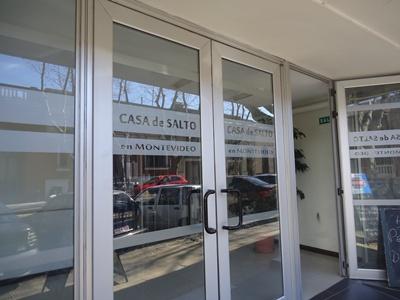 Acceso principal a la Casa de los salteños en Montevideo