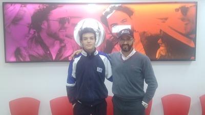 El deportista Felipe Decker junto a Carlos Palladino de Claro Uruguay
