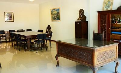Sala del directorio, ubicada en el entrepiso del edificio