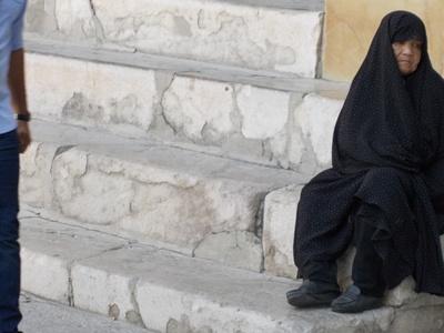 Una mujer con el atavio tradicional de Irán