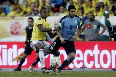 El jugador Óscar Murillo (i) de Colombia disputa el balón con Luis Suárez (d), durante un partido entre Colombia y Uruguay, por las eliminatorias al Mundial Rusia 2018, en el estadio Metropolitano de Barranquilla (Colombia). EFE/LUIS EDUARDO NORIEGA A