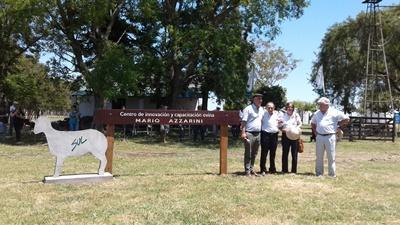 El presidente del SUL Alejandro Gambetta junto al homenajeado Mario Azzarini y su esposa Marta Piñeyrua y el Ministro de Ganadería Tabaré Aguerre