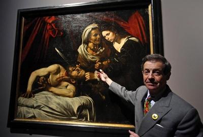 El anticuario francés, Eric Turquin, posa ante los fotógrafos delante del cuadro 'Judit y Holofernes', supuesta obra del artista italiano Caravaggio, en la Pinacoteca de Brera en Milán, Italia, hoy 7 de noviembre de 2016. La obra de Caravaggio se encontró el 2014 en Toulouse en Francia. Finson trabajó con Caravaggio e hizo una copia de su obra antes de su desaparición. La exposición está abierta al público del 10 de noviembre de 2016 al 5 de febrero de 2017. EFE/Matteo Bazzi