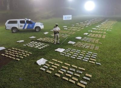 El Ministerio de Seguridad de Argentina confirmó la incautación de 839 kilos de marihuana en un punto de la frontera con Paraguay de la norteña provincia de Misiones (Argentina). Efectivos de la Prefectura Naval Argentina (PNA) se incautaron de 839 kilos de marihuana en un punto de la frontera con Paraguay de la norteña provincia de Misiones, en un procedimiento en el que todavía no se produjeron detenciones, informaron fuentes oficiales. EFE/Ministerio de Seguridad.