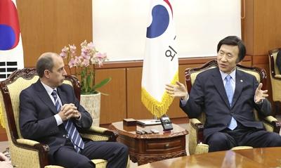 El ministro de Asuntos Exteriores surcoreano, Yun Byung-se (d), se reúne con el enviado especial de Naciones Unidas para los derechos humanos en Birmania (Myanmar), Tomás Ojea Quintana, para hablar sobre derechos humanos, en Seúl (Corea del Sur) hoy, 16 de noviembre de 2016.-