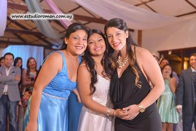 Alejandra junto a sus hermas Sindy y Carolina