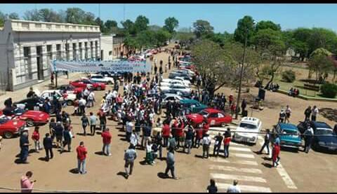 Varios de los coches participantes estacionados frente a la Escuela Nº7