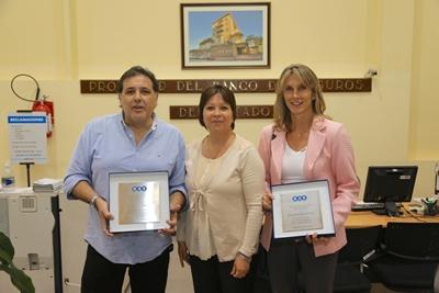Funcionarios de BSE con María Elena Gónzalez y Álvaro Jofre, los homenajeados.