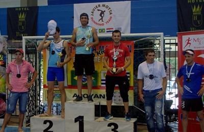 El salteño Rodrigo Sánchez en el primer lugar del podio en su categoría (20 - 29 años)  en la Ultramaratón que unió Aceguá con Melo