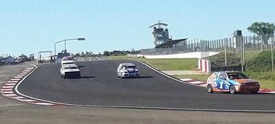 Un momento de la acción de la categoría Turismo Pista SAC en el autódromo de Rivera