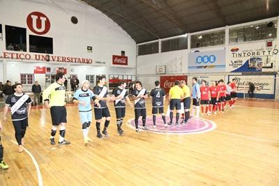 El saludo previo de los equipos en la mitad de la cancha, una verdadera postal de lo que debiera ser siempre, en cancha rivales, fuera de ella los amigos de siempre. Lo mejor del Futsal está por venir ¡Enhorabuena!