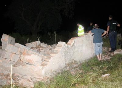 La precaria estructura se derrumbó cuando en su interior se encontraban las tres personas