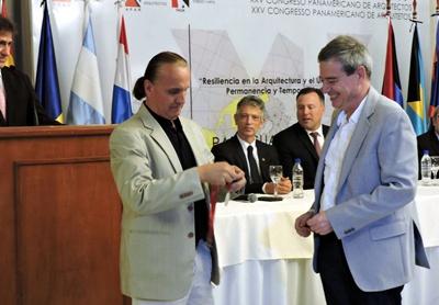 UDELAR Arquitectura - El Decano Gustavo Scheps recibe premio a la FADU durante el XXV Congreso Panamericano de Arquitectos