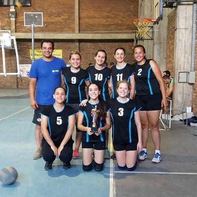 El plantel de AVS con el trofeo ganado esta temporada tras consagrarse campeonas salteñas de voleibol