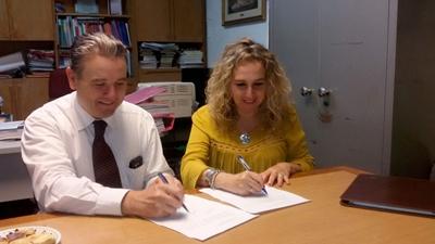 Victor Pizzichillo Director del CERP y Laurita Bella Directora de Aldeas SOS, firmando el acuerdo