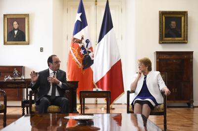 Fotografía cedida por la Presidencia de Chile de la mandataria, Michelle Bachelet (d), y su homólogo francés, François Hollande (i), quienes se reunieron el pasado sábado 21 de enero de 2017, en el palacio de La Moneda en Santiago de Chile (Chile). EFE/Sebastián Rodríguez  / Presidencia de Chile.