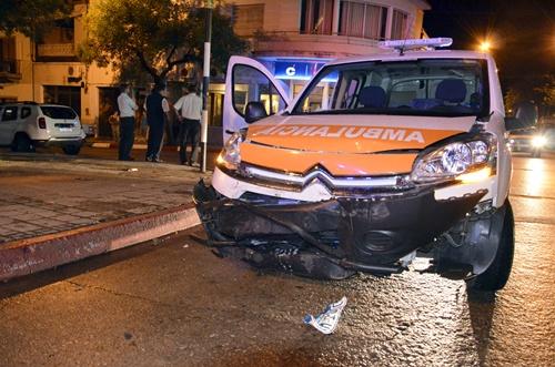 En la foto principal la ambulancia que registró los daños más cuantiosos.  En el detalle los otros tres vehículos participantes en el siniestro.