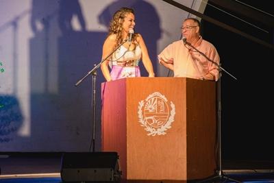 Los presentadores de la noche la vedette Tina Ferreira  y el artista Petru Valensky