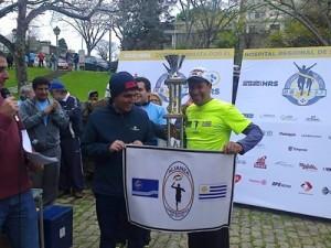 José Ferreira recibiendo del intendente Andrés Lima el trofeo al primer lugar en la Maratón a beneficio del Hospital Salto
