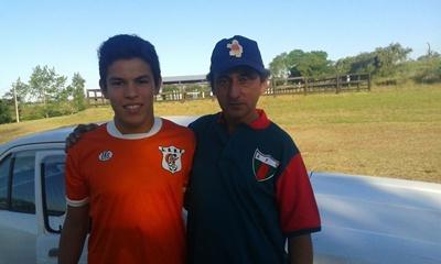 Germán Fernández (derecha) es uno de los candidatos a presidir la Liga Salteña de Baby Fútbol, en la toma gráfica está junto a Darío Giovanoni cuando Salto 13 años ganó el título Nacional en 2014
