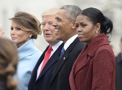 Donald Trump y Barack Obama con sus respectivas esposas ayer en el acto de asunción