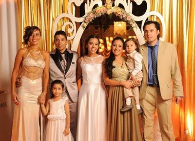 La familia: Ingrid de los Santos, papá Robert Torrens, Ximena, hermana Maia, mamá Celia Pérez, hermano Martino y Gastón Molteni