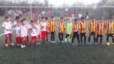 """Los niños de Ceibal y Gladiador recibiendo sus medallas en el Torneo de Verano celebrado por la Escuela """"Mi Pasión"""" en la sede de River Plate"""