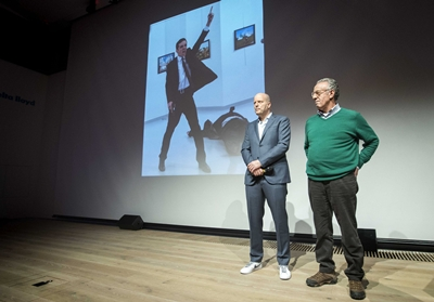 AMSTERDAM (HOLANDA) 13/02/2017.- El ganador del World Press Photo of the Year, Burhan Ozbilici (d), y el director de la organización World Press Photo, Lars Boering, tras anunciar el ganador en Amsterdam (Holanda) ayer, 13 de febrero de 2017. Una instantánea del asesino del embajador ruso en Ankara, con la pistola aún en la mano y el cuerpo del diplomático tendido en el suelo en segundo plano, ha ganado hoy el World Press Photo, el premio más importante del fotoperiodismo internacional. EFE/Jeroen Jumelet