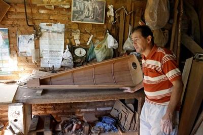 ACOMPAÑA CRÓNICA:PARAGUAY MÚSICA ASU01. LUQUE (PARAGUAY), 16/02/2017. El luthier Nicasio Díaz, que lleva casi 30 años dedicado a fabricar arpa, durante una entrevista con Efe en su propio taller en Luque (Paraguay) hoy, jueves 16 de febrero de 2017. Entre tablones, sierras sin fin, virutas de madera y serrín, el luthier Nicasio Díaz, que lleva casi 30 años dedicado a fabricar arpas, recorta las piezas para unirlas en un rompecabezas de precisión milimétrica, que al terminar de armarse dará forma al instrumento nacional de Paraguay.  EFE/Andrés Cristaldo Benítez