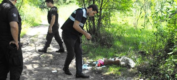 Policía Científica registrando documentos descartados por los motochorros. Foto archivos de EL PUEBLO