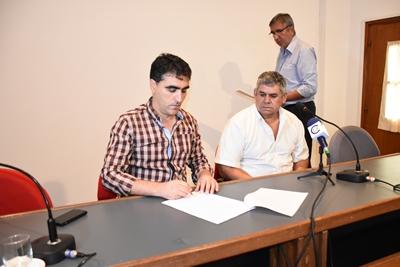 Un momento de la firma del contrato
