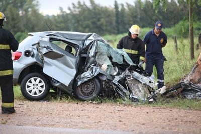 Nada que hacer, el estado de la parte delantera del auto da idea que nada se podía hacer para rescatar con vida al conductor