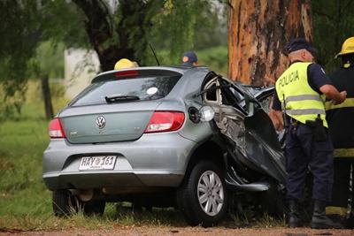 La parte trasera del automóvil fue todo lo que quedó sano tras el tremendo impacto
