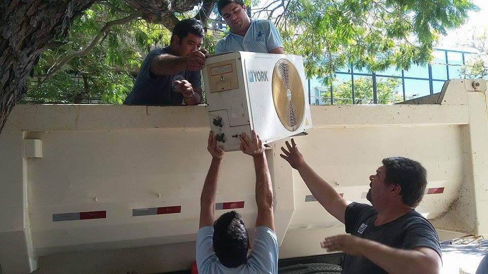 Bajando uno de los equipos de acondicionadores de aire