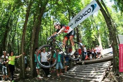 Kian Santana en acción, a puro mountain bike el salteño ganó en Córdoba.