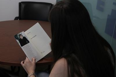 """Una mujer lee el libro """"La Uruguaya"""", del escritor argentino Pedro Mairal, que fue presentado ayer, viernes 24 de febrero de 2017, en Punta del Este (Uruguay). La novela """"La uruguaya"""", que nace del """"cariño"""" de su autor, el argentino Pedro Mairal, por Uruguay, donde hoy será presentada, se """"expande como un virus"""" por América Latina y Europa, donde será traducida al italiano, el francés y el holandés, explicó hoy a Efe el escritor. EFE/Ana Paula Chain."""