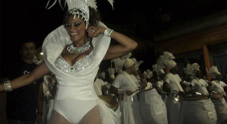 FICHA Nombre de nacimiento: María Cristina Ferreira. Nacimiento: 14 de mayo de 1972 (44 años), Pando, Uruguay. Hijos: Mauro. Ocupación: Vedette, bailarina, actriz, presentadora. Premios artísticos: Premio Revelación del Concurso de Llamadas, Uruguay (1991). Premio Mejor Vedette del Concurso de Carnaval de Uruguay (1993, 1995, 1998, 2000, 2001 y 2007). Premio Morosoli (2001). Sitio web: www.tinaferreira.com.uy