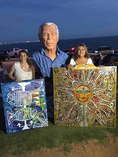 Diana Guggeri Guionet y Karina Carrara junto a sus obras